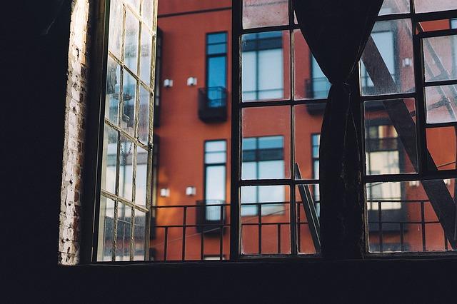 okno u  požárního schodiště
