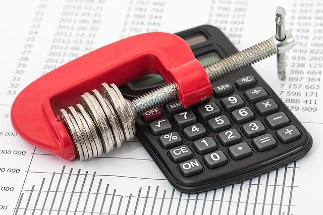 kalkulačka a svěrák s penězi.jpg