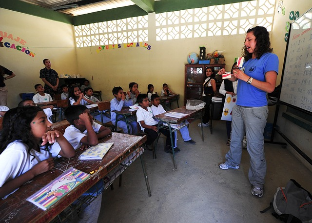 vyučující ve třídě